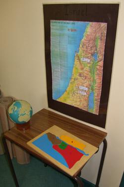Kącik geograficzny, gdzie dzieci poznają miejsca związane z życiem, śmiercią i zmartwychwstaniem Jezusa
