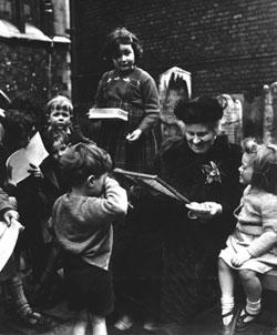 Maria Montessori z dziećmi. Zdjęcie z roku 1951.