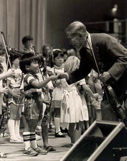 Suzuki i dzieci. Zdjęcie wykonane przez Arthur Montzka