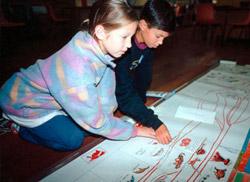 W drugim etapie rozwoju dzieci znacznie chętniej współpracują ze sobą nad różnego rodzaju projektami. Zdjęcie pochodzi ze strony www.montessori-ami.org