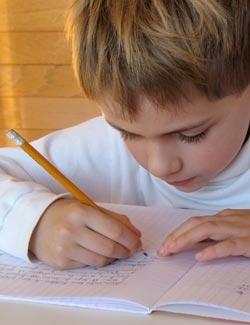 Prowadzenie pamiętnika, robienie listy zakupów, robienie listy zadań do wykonania, pisanie listów do znajomych lub ulubionych postaci z książek - istnieje wiele pomysłów na zainspirowanie w dziecku radości z kreatywnego pisania