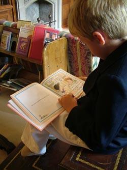 Częste wizyty w dobrze wyposażonej bibliotece mogą być solidnym fundamentem do zainspirowania w dziecku zachwytu czytaniem