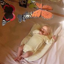 Dziecko przygląda się przewieszcze z różnymi motylami